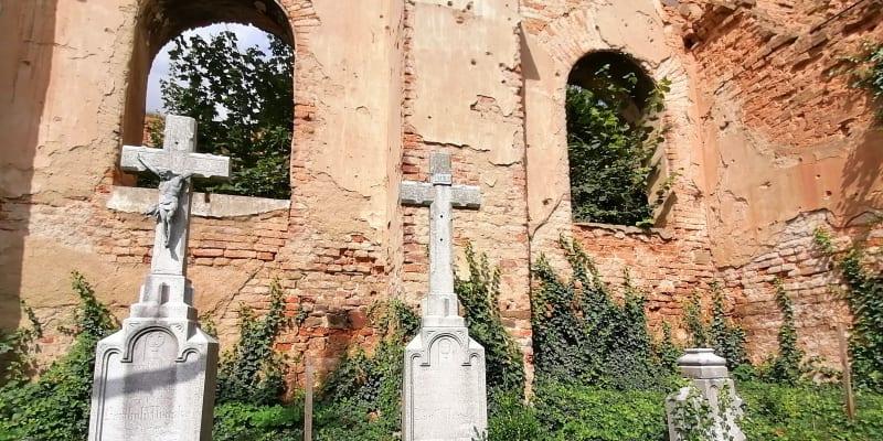 Wojnowice, rozvaliny kostela sv. Šimona a Judy Tadeáše