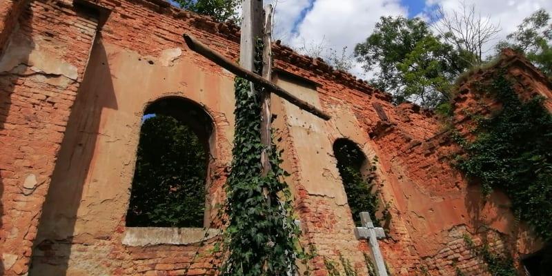 Wojnowice, ruiny kostela sv. Šimona a Judy, zničen byl při bojích v roce 1945.