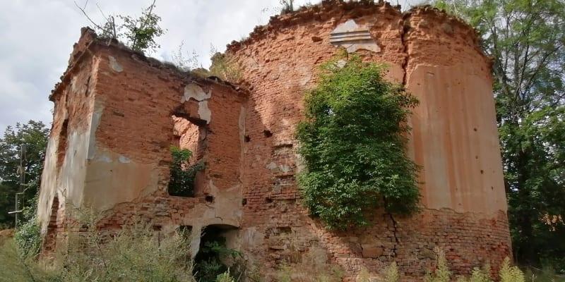 Wojnowice, trosky  kostela sv. Šimona a Judy Tadeáše, zničen byl při bojích v roce 1945