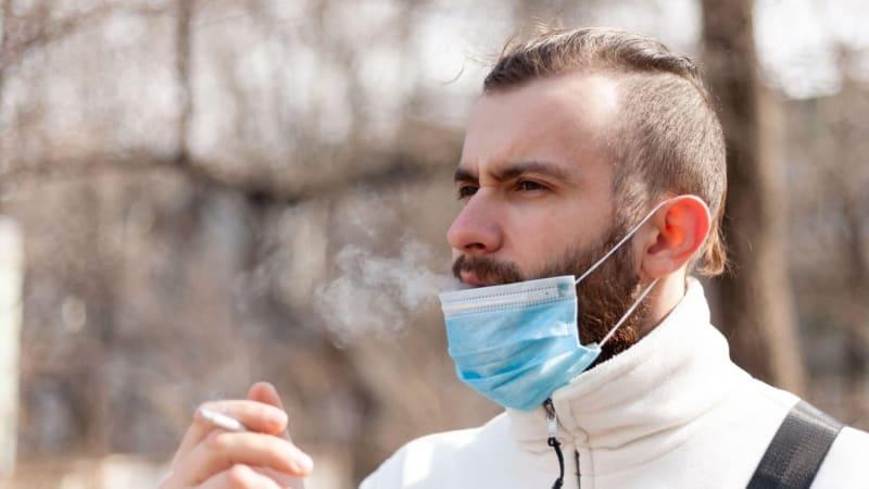 Pomoc v boji s covidem? Odložte cigaretu, uvolníte místo v nemocnici, vyzývají lékaři
