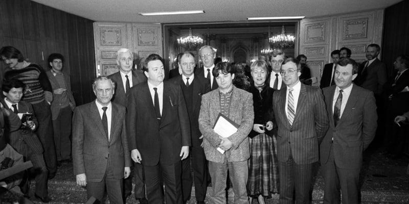 Joschka Fischer (uprostřed v bílých teniskách) se spolustraníky v Zemském sněmu ve Wiesbadenu.