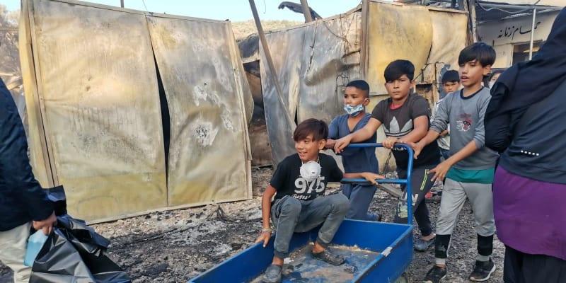 Uprchlický tábor Moria na ostrově Lesbos, který ve středu zničil rozsáhlý požár, opustila skupina asi 400 nezletilých bez doprovodu dospělých.