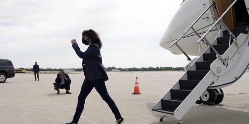 Kandidátka na americkou viceprezidentku Kamala Harrisová kráčí z letadla po přistání v Milwaukee.