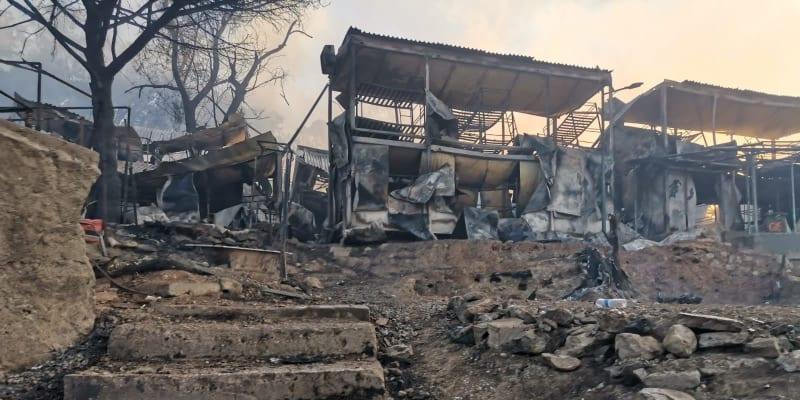 Podle ministra pro migraci Notise Mitarakise požár založili sami obyvatelé kvůli karanténním požadavkům.