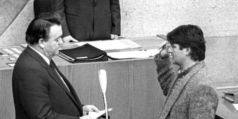 Joschka Fischer, někdejší poslanec a bývalý německý ministr zahraničí, skládá přísahu v Zemském sněmu ve Wiesbadenu.