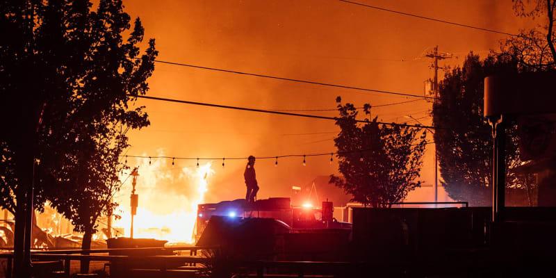 Budovy města Talent v Oregonu pohlcují plameny.