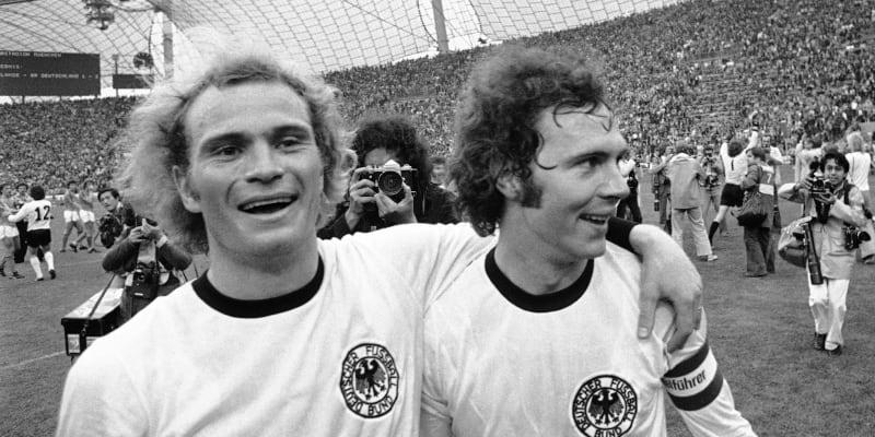 Franz Beckenbauer (vpravo) se raduje se svým dlouholetým spoluhráčem Ulim Hoeneßem po vítězném finále na MS 1974 v Mnichově.