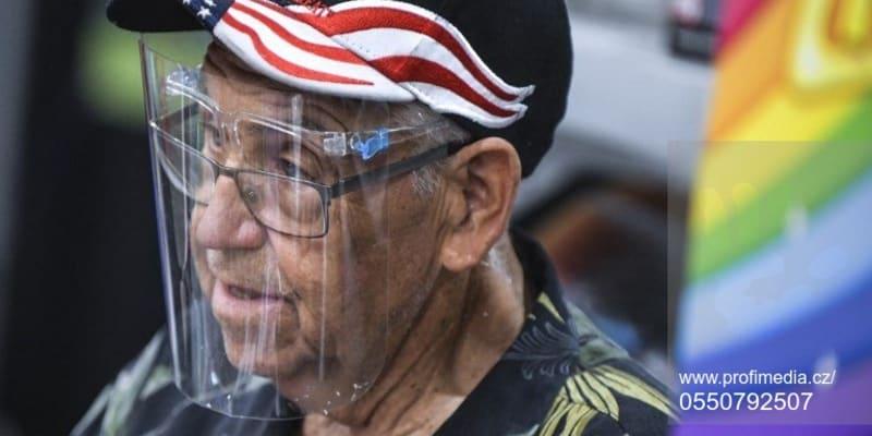 Gene Haheim byl jedním z účastníků srazu motorkářů v Jižní Dakotě, který se vybavil kvůli koronaviru ochranným štítem.