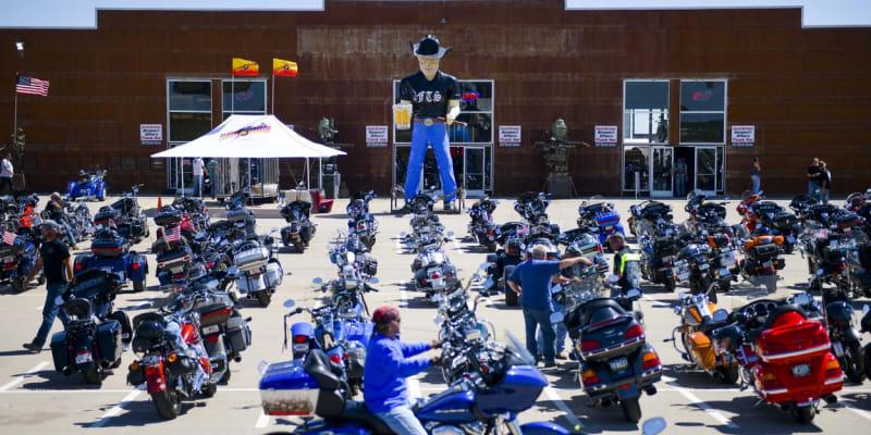 Odstavené motorky na parkovišti před obchodním centrem v Jižní Dakotě při srazu Sturgis Motorcycle Rally.