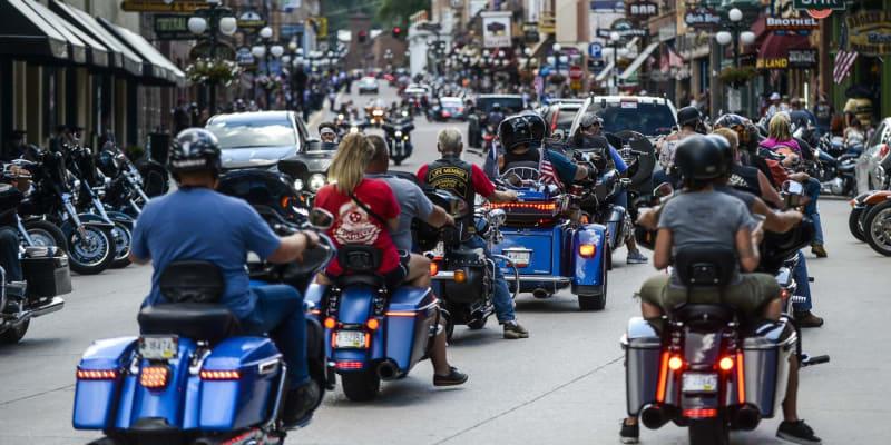 Motorkáři projíždějí centrem města Deadwood v Jižní Dakotě během 80. ročníku Sturgis Motorcycle Rally.