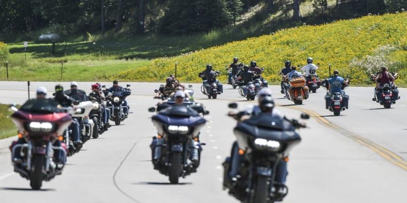 Desítky motokářů přijíždějí na 80. ročník srazu Sturgis Motorcycle Rally v Jižní Dakotě.