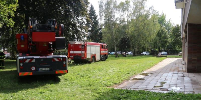 V neděli odpoledne muselo šest jednotek hasičů zasahovat u požáru v bytovém domě v Baarově ulici v Hradci Králové.