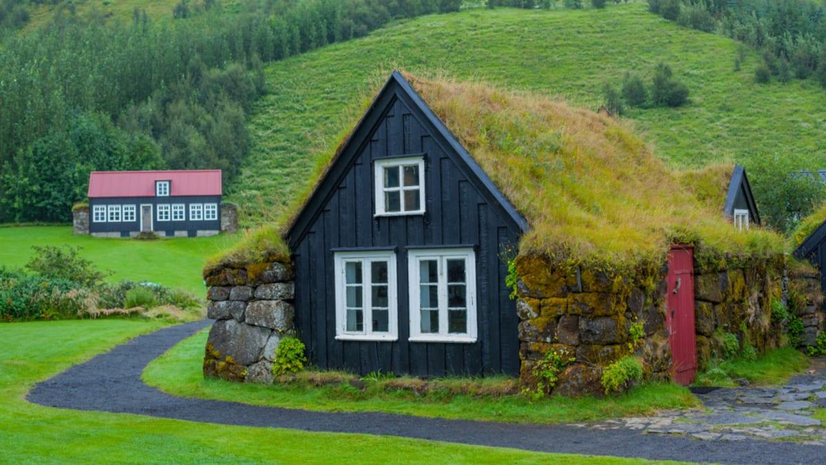 Zelená střecha chalupy na Islandu