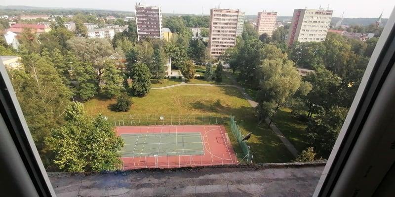 Vyhořelý byt v jedenáctém patře věžáku je téměř opraven. Pohled z pokoje, odkud oběti zoufale skákaly
