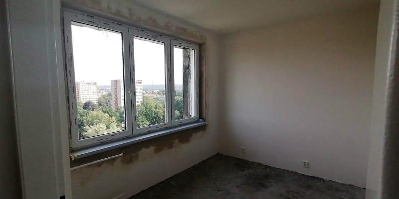 Vyhořelý byt v jedenáctém patře věžáku je téměř opraven, stav k 16. září 2020