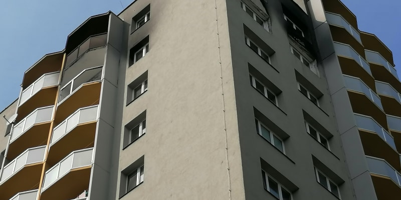 Vyhořelý byt v jedenáctém patře věžáku je téměř opraven, zvenku zůstávají stopy na fasádě