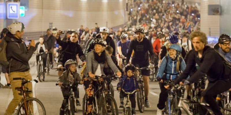 Dříve něž auta se do tunelu směli podívat cyklisté během speciální akce