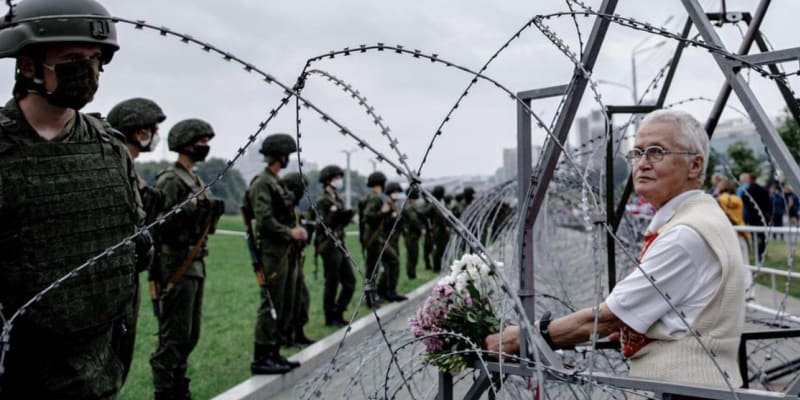 Na letošní protesty chodí Baginská od začátku, do ostnatého drátu umístila květiny.
