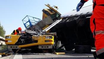 Dálnici D1 blokuje vážná nehoda, na 210. kilometru se srazily tři kamiony
