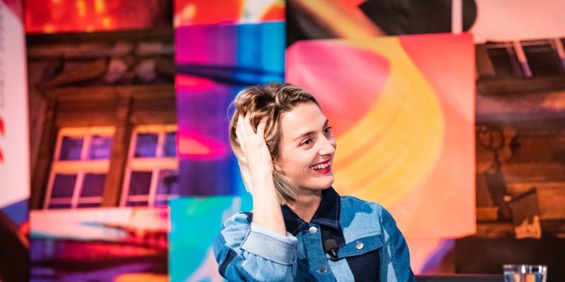 Hosté talkshow 7 pádů Honzy Dědka. Eva Samková a Marek Adamczyk, Bára Poláková, Eliška Křenková a lékař Tomáš Šebek.