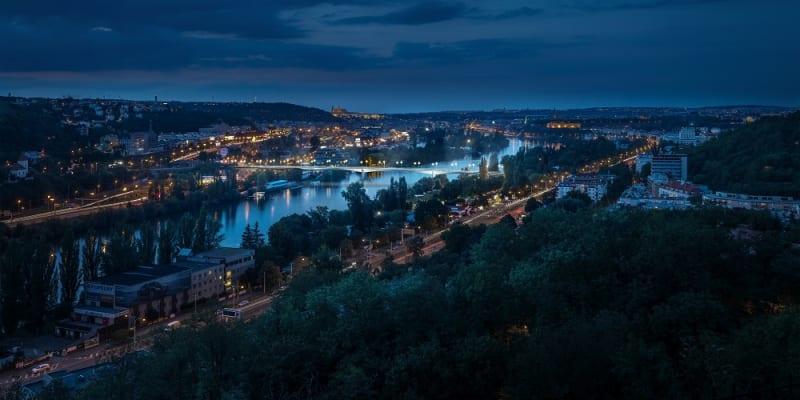 Dvorecký most, v pozadí historické centrum Prahy
