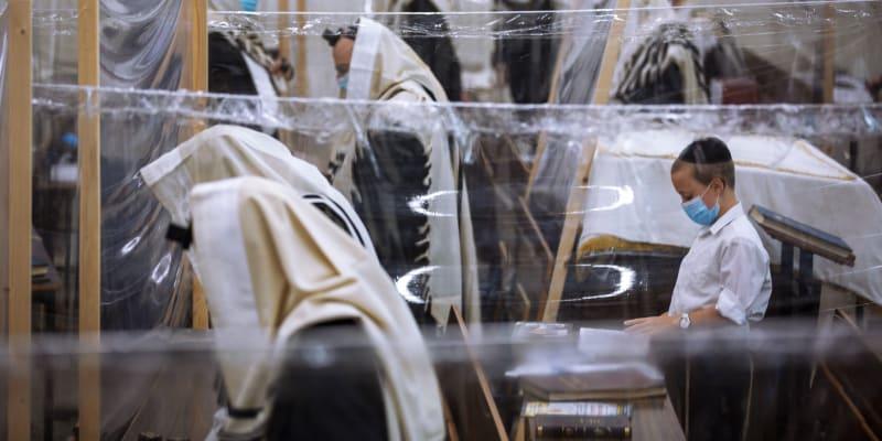 V synagoze jsou odděleni věřící plastovými přepážkami.