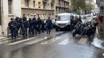 Útok v Paříži. Dvojice mužů pobodala nedaleko redakce Charlie Hebdo několik lidí