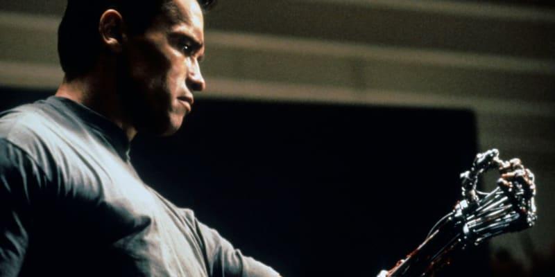 """""""A teď mě dobře poslouchejte."""" Slavná scéna z filmu Terminátor 2: Den zúčtování, v níž si Arnold Schwarzenegger coby stroj ze série T-800 """"svlékl"""" tkáň na předloktí, aby dokázal, že skutečně není člověkem."""