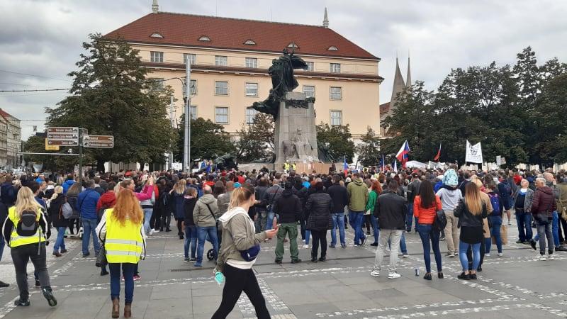 Demisi, nebo defenestraci. V Praze demonstrovaly stovky odpůrců vládních opatření