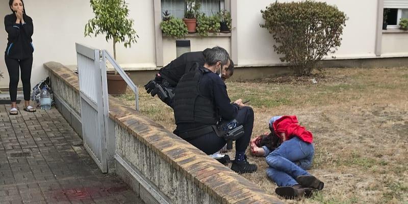 Muž v pátek nedaleko někdejšího sídla redakce satirického časopisu Charlie Hebdo v Paříži napadl a vážně zranil muže a ženu.
