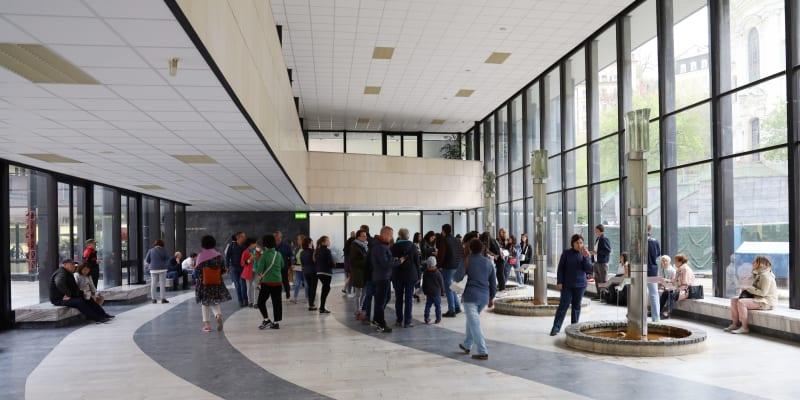 Návštěvníci se zastaví i u Vřídelní kolonády.