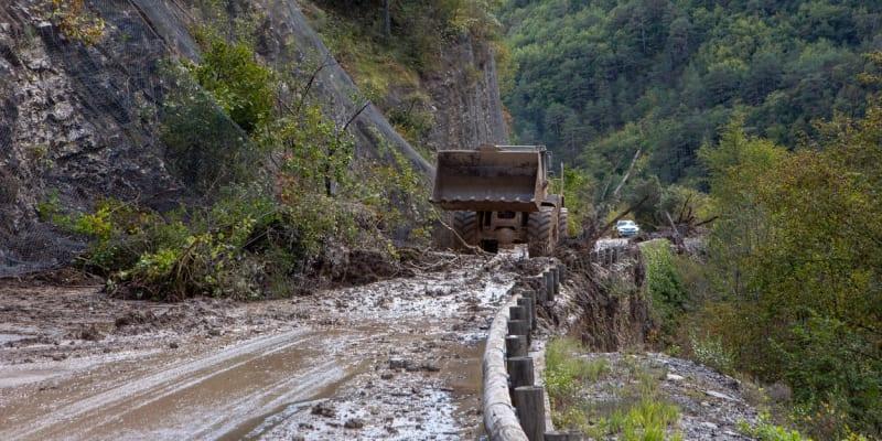 Bouře Alex poničila velké množství francouzských silnic.