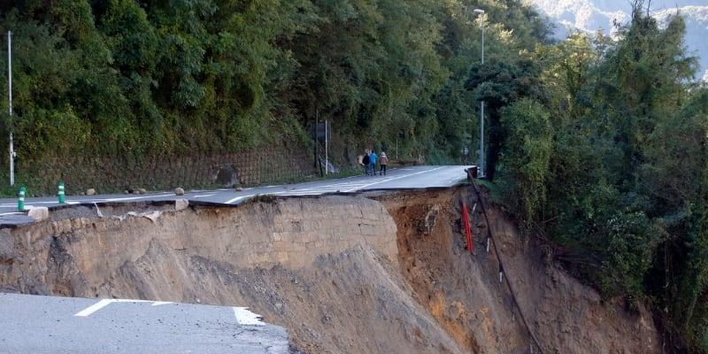 I takto vypadají některé francouzské silnice poté, co se zemí prohnala bouře Alex.