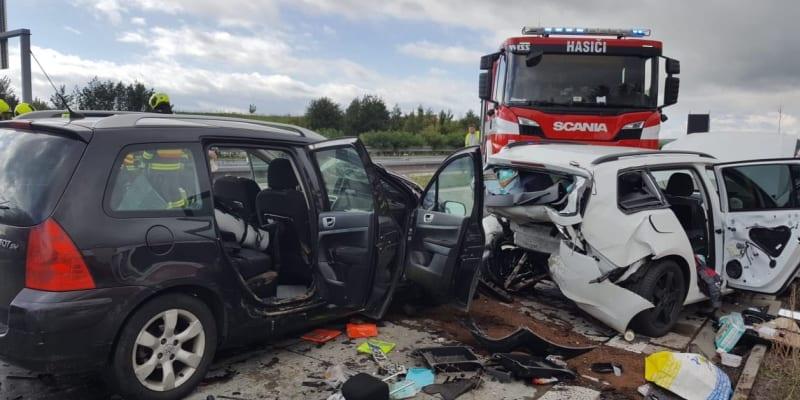 Dálnici D1 zastavila hromadná nehoda čtyř aut (ZDROJ: Twotter.com/Hasiči Olomouc)