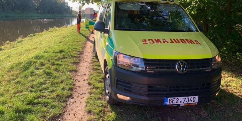 Záchranáři děti ošetřili a převezli do nemocnice.