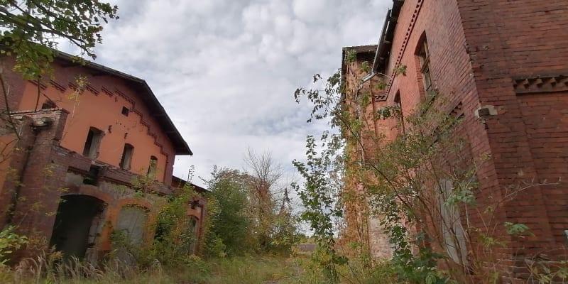 Přístav Kędzierzyn-Koźle. Chátrající přístavní čtvrť s kdysi výstavními domy z režných cihel, konec 19. století