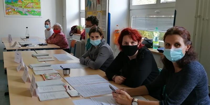 Senátní volby. Okrsková volební komise na Wichterlově gymnáziu v Ostravě-Porubě.