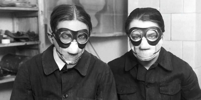 """Jindřich Štyrský a Toyen v maskách při práci s """"Deka"""" barvami (1929)"""