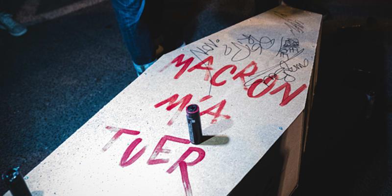 "Rakev s nápisem ""Macron mě zabil""."