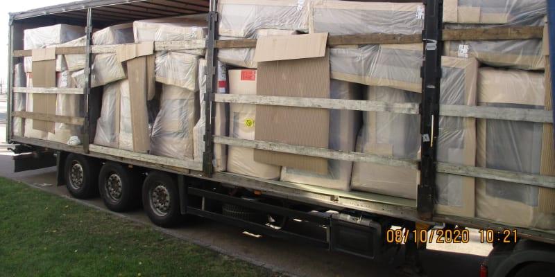 Migranti se schovávali v kamionu s nábytkem