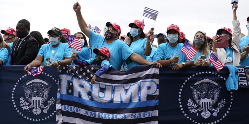 Americký prezident Donald Trump se v sobotu poprvé od návratu z nemocnice do Bílého domu ukázal na veřejnosti, ke stovkám lidí promluvil z balkonu.