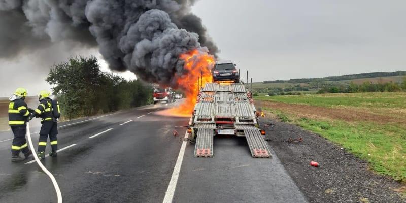 Na Kladensku shořel kamion, který převážel auta.