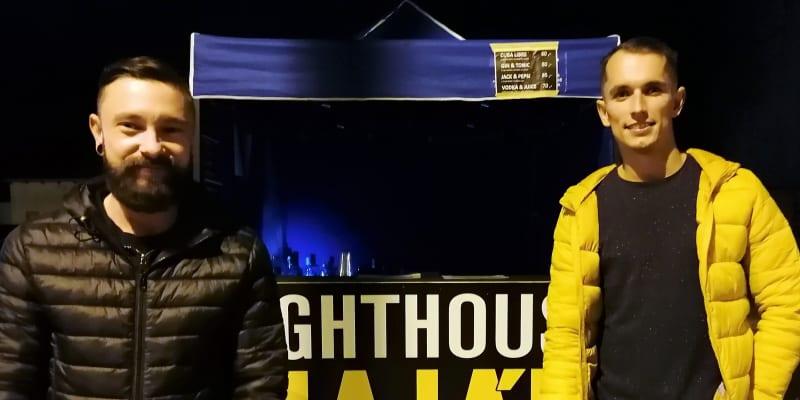 Barmani Tomáš Bzonek a Kristián Bolfík z diskotéky Maják u svého improvizovaného nočního okénka.