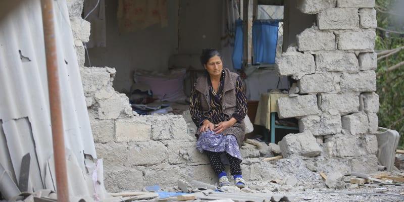 Žena sedí v troskách svého domu po ostřelování arménským dělostřelectvem.(foto: AP)