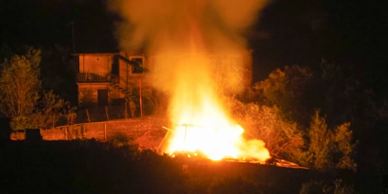 Hořící dům po ostřelování ázerbájdžánským dělostřelectvem v Stepanakertu, separatistickém regionu Náhorního Karabachu, pozdě v noci v sobotu 10. října 2020. (foto: AP)