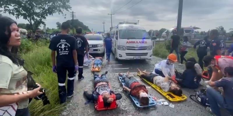 Záchranáři se snaží poskytovat co nejrychleji první pomoc na místě hromadného neštěstí na železnici v Thajsku, kde se srazil autobus s projíždějícím vlakem.