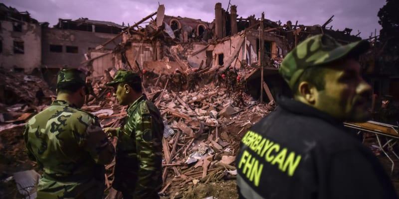 Ázerbájdžánští vojáci a hasiči hledají přeživší po noční raketové palbě arménských sil, brzy v neděli 11. října 2020, v obytné oblasti v Ganja, druhém největším ázerbájdžánském městě, poblíž hranic s Arménií. (foto: AP)