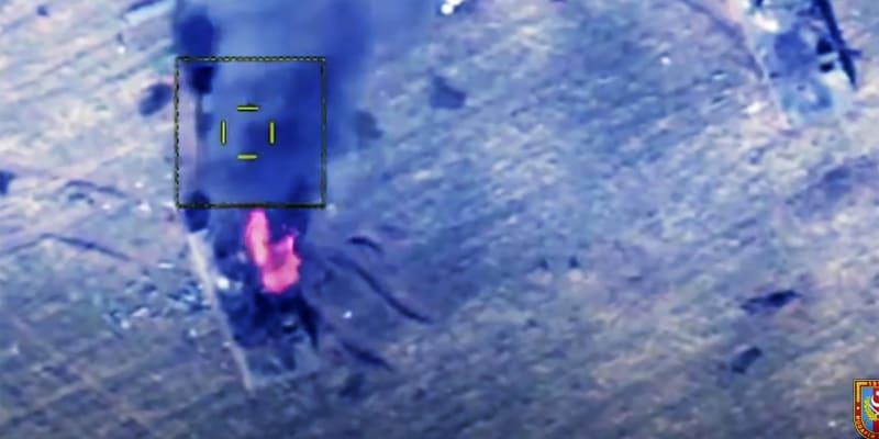 Na této fotografii pořízené z videa zveřejněného ázerbájdžánským ministerstvem obrany v sobotu 10. října 2020 zaútočily ázerbájdžánské síly na obrněná vozidla arménské armády.(foto: AP)