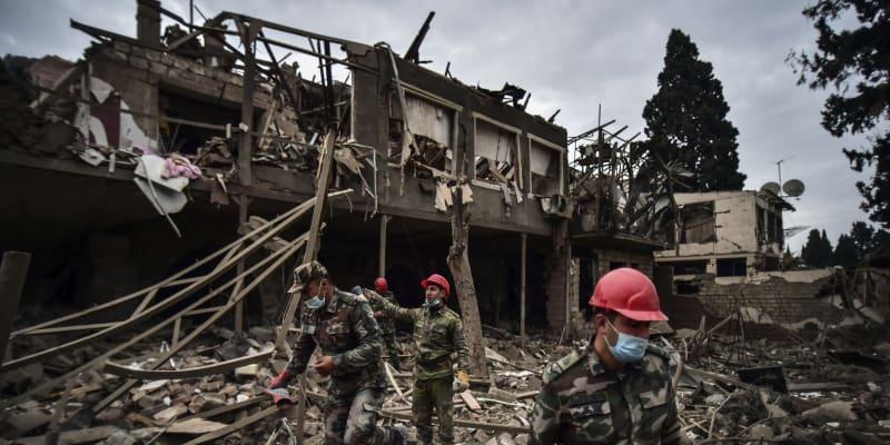 Vojáci a hasiči pátrají po přeživších ve městě Ganja, které přes noc zasáhly rakety arménských sil. Foto z neděle 11. října 2020.(foto: AP)