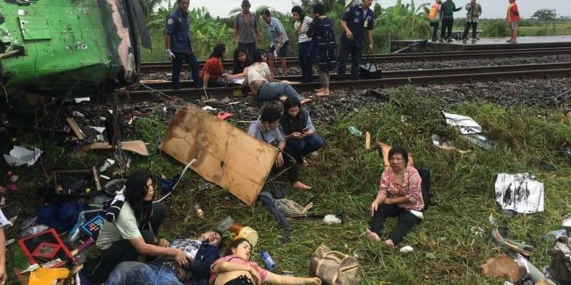 Nehoda se stala v 8:00 tamního času. Už první snímky záchranářů odhalovali rozsah neštěstí, když ukázaly pokroucené trosky autobusu, bezvládná těla podél železniční trati a po okolí roztroušené věci pasažérů.